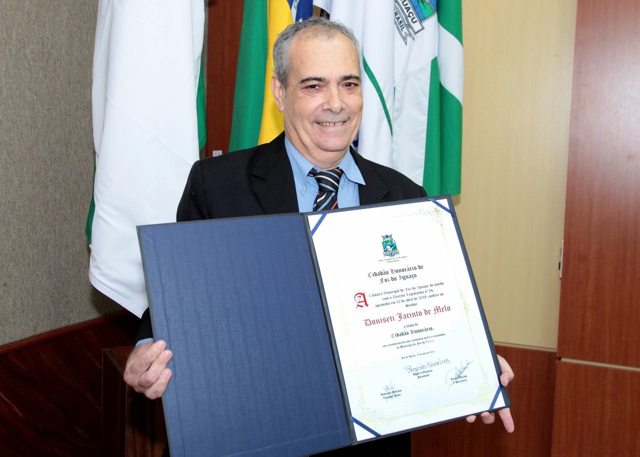Jornalista Doniseti Melo recebe o título de Cidadão Honorário de Foz Evento foi realizado na Câmara Municipal na última quinta, 10
