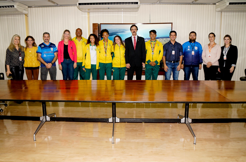 Diretor da Itaipu recebe jovens medalhistas e reafirma apoio a projetos socioesportivos Três projetos já estão consolidados e outros sete em breve também terão o apoio da binacional